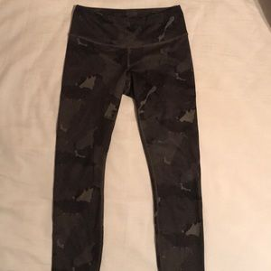 Lululemon wunder under camo size 4